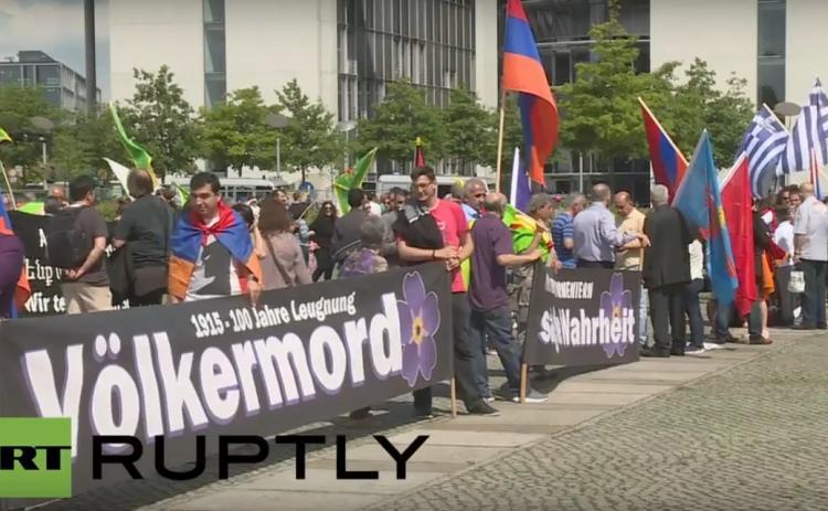 Демонстранты отпраздновали принятие Бундестагом резолюции по Геноциду армян, станцевав кочари