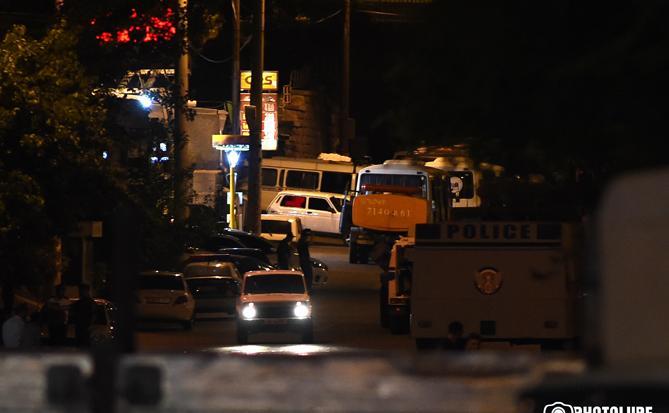 СНБ заверила, что переговоры с группой, захватившей здание полиции в Ереване, не сорваны - Енигомшян