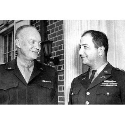 Верховный главнокомандующий американскими войсками генерал Дуайт Эйзенхауэр поздравляет старшего лейтенанта Эрнеста Дервишяна с Почетным орденом Конгресса