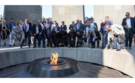 Армяне диаспоры не скрывают слез в Цицернакаберде