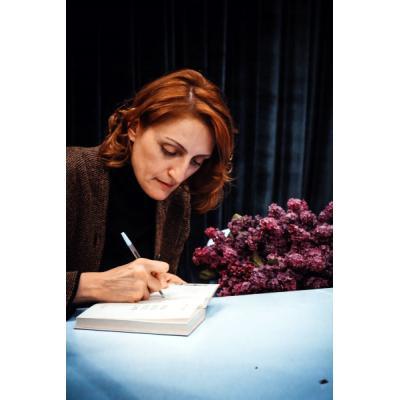 ДАЛЬШЕ - ЖИТЬ! Наринэ Абгарян презентовала в Ереване свою новую книгу