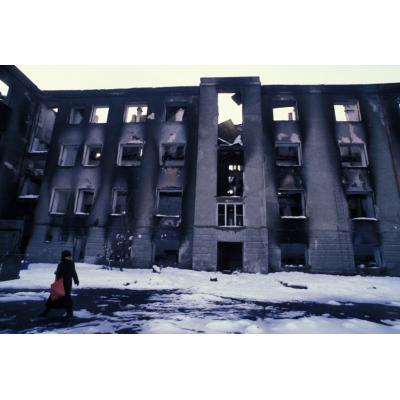 Одно из зданий в Степанакерте после обстрелов, декабрь 1991 года